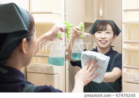 화장실의 거울을 닦는 집 청소 여성 노동자 67970208