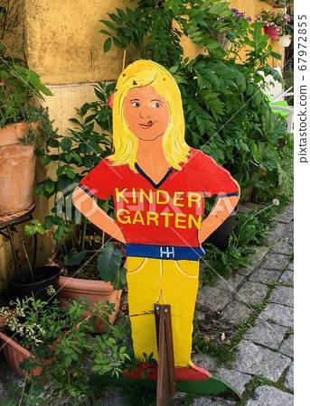 독일어로 쓰여진 해외 유치원 손으로 복고풍 세련된 간판 67972855