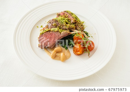 Lamb with herb and bread crumbs 67975973