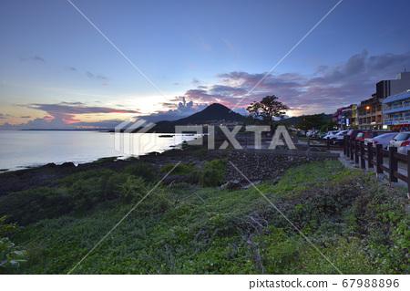 黃昏漂亮的海岸風景 67988896