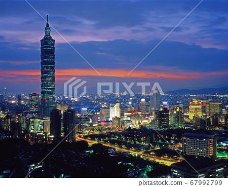 黃昏的城市夜景 67992799