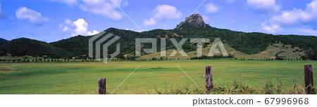 農場的牧草和山脈風景 67996968