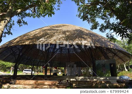 圓型的建築物外觀和公園 67999424