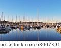 帆船在加拿大海外溫哥華港中搖曳和水面反射 68007391