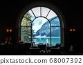 通過加拿大艾伯塔省的費爾蒙露易絲湖城堡餐廳的窗戶欣賞冰川和湖泊景色 68007392