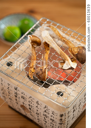 Charcoal grilling of matsutake 68013639