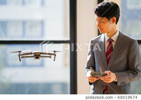 無人機西裝辦公室男1人少量機上商務談判機動早晨明亮 68019674