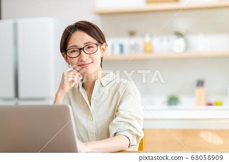 遠程辦公中層女人 68058909