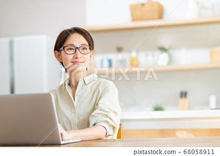 遠程辦公中層女人 68058911