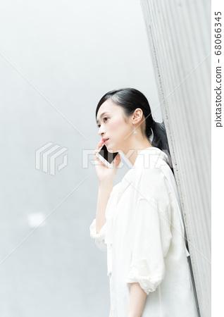 休閒女商人打個電話 68066345