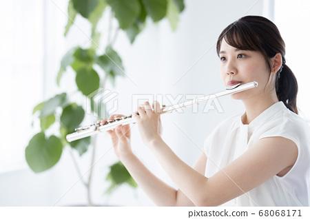 長笛演奏的年輕女子 68068171