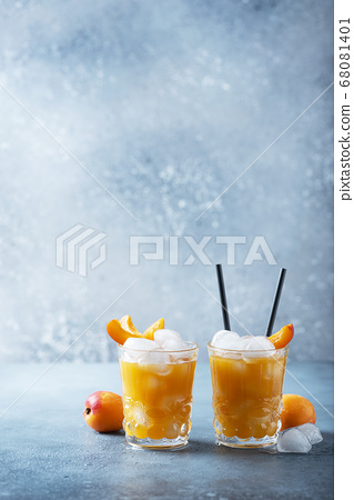 Summer juice with apricots and ice 68081401