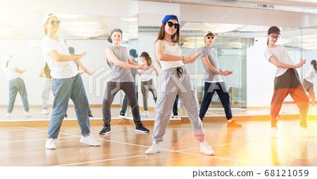 Teenagers training hip hop in dance studio 68121059