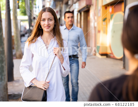 Young people walking on summer city streets 68122185