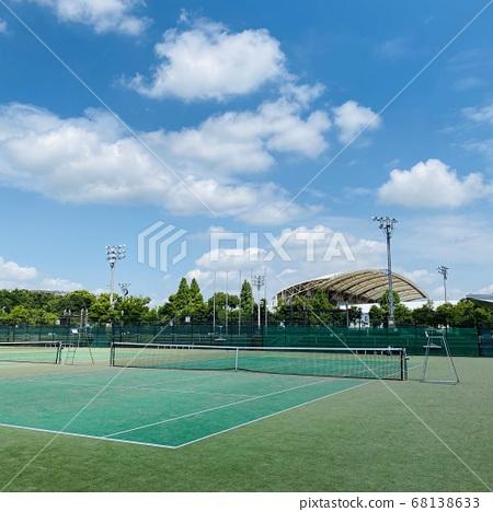 陽光燦爛的夏天網球場 68138633