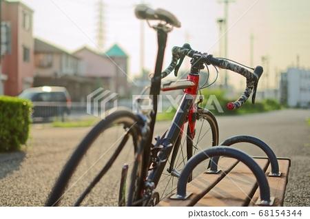 벤치에 기대어로드 자전거 68154344
