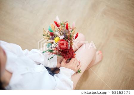 집에서 여가를 즐기는 젊은여자 68162573