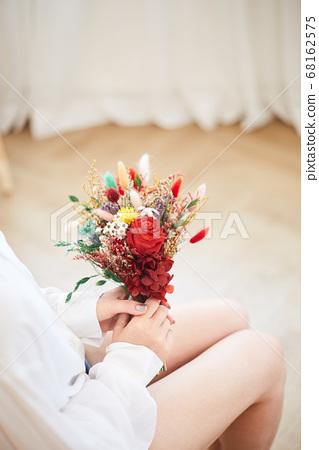집에서 여가를 즐기는 젊은여자 68162575