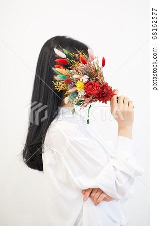 집에서 여가를 즐기는 젊은여자 68162577