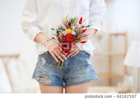 집에서 여가를 즐기는 젊은여자 68162587