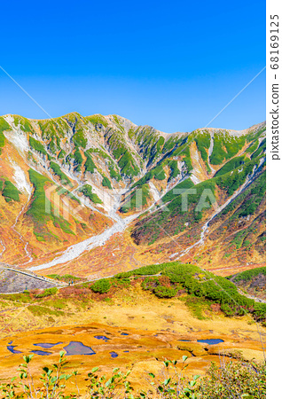 A magnificent view of Murodo in autumn with beautiful autumn colors [Toyama Prefecture] 68169125