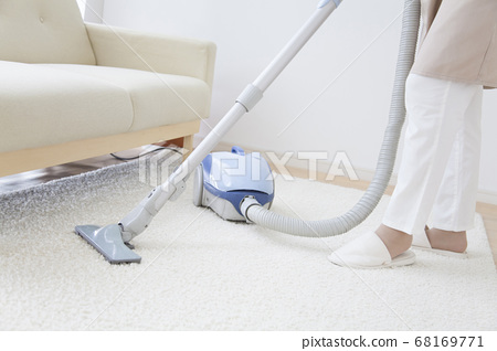 진공 청소기로 청소 주부 68169771
