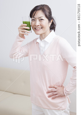 喝綠色汁液的中年女人 68170018