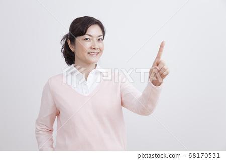 손가락질을하는 가운데 여성 68170531