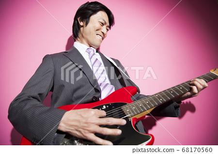 기타를 연주 사업가 68170560
