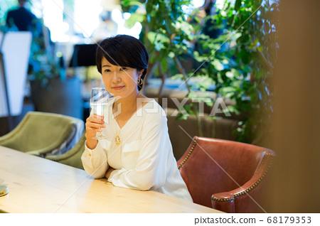 40多岁的女人喝红酒 68179353