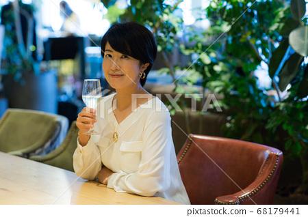 40多岁的女人喝红酒 68179441