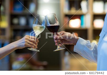 干杯用手边的一杯酒 68179442