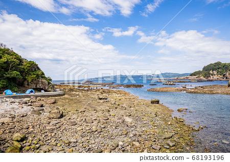 (Shizuoka Prefecture) Ebisu Island People playing on the beach 68193196