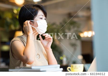 40多岁的妇女在工作场所工作 68194012