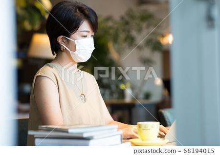 40多岁的妇女在工作场所工作 68194015