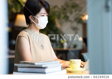 40多岁的妇女在工作场所工作 68194016