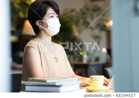 40多岁的妇女在工作场所工作 68194017