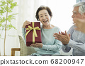 선물을 안고있는 노인 여성 68200947