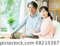 一對中年夫婦在客廳裡放鬆 68210367