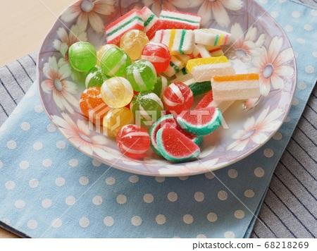 紅色,黃色,綠色圓形糖果和果凍 68218269