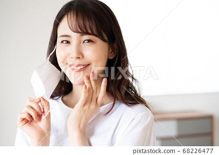 試圖早上戴上口罩的年輕女子 68226477