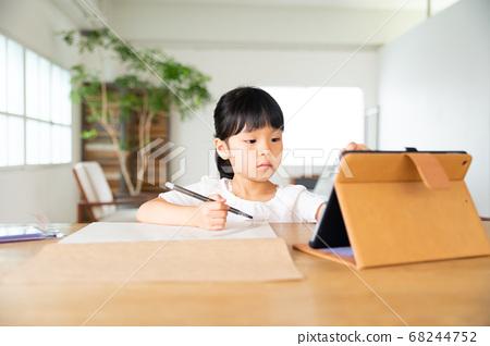온라인 수업으로 오에카키하는 여자 68244752