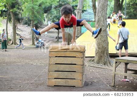 在戶外跳高高飛的男孩 68253953