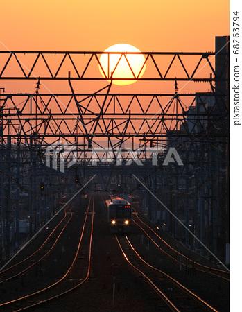 새벽의 선로 니시 노미야 역을 출발 한 기차와 아사히 68263794