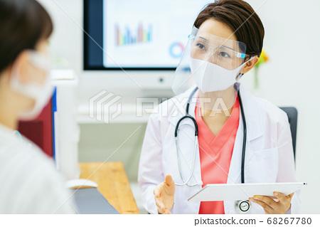 페이스 가드를하는 여성 의사 68267780