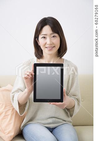 태블릿 PC를 가진 미들 여성 68279168