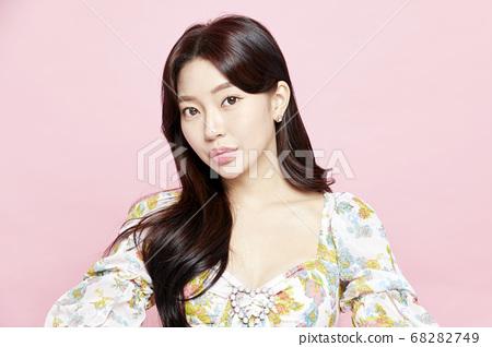 젊은여자,뷰티,미용,패션,드레스,핑크배경 68282749