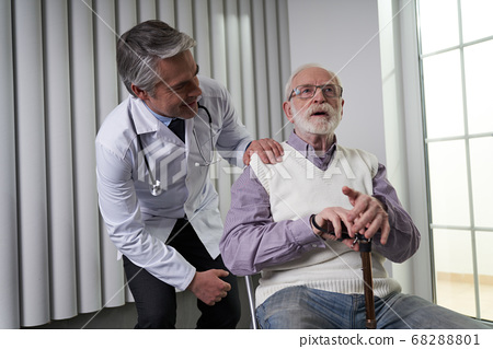 Having a reliable doctor at an elderly age 68288801