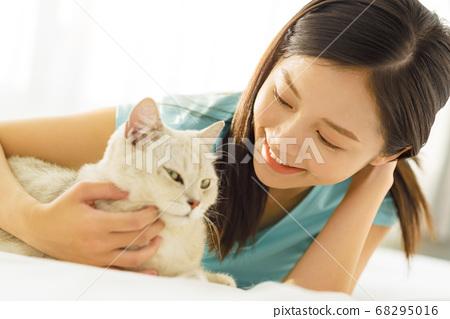 Women lifestyle pets 68295016