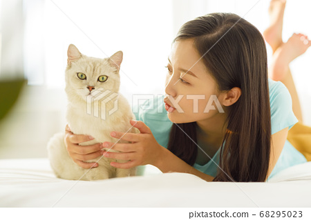 Women lifestyle pets 68295023